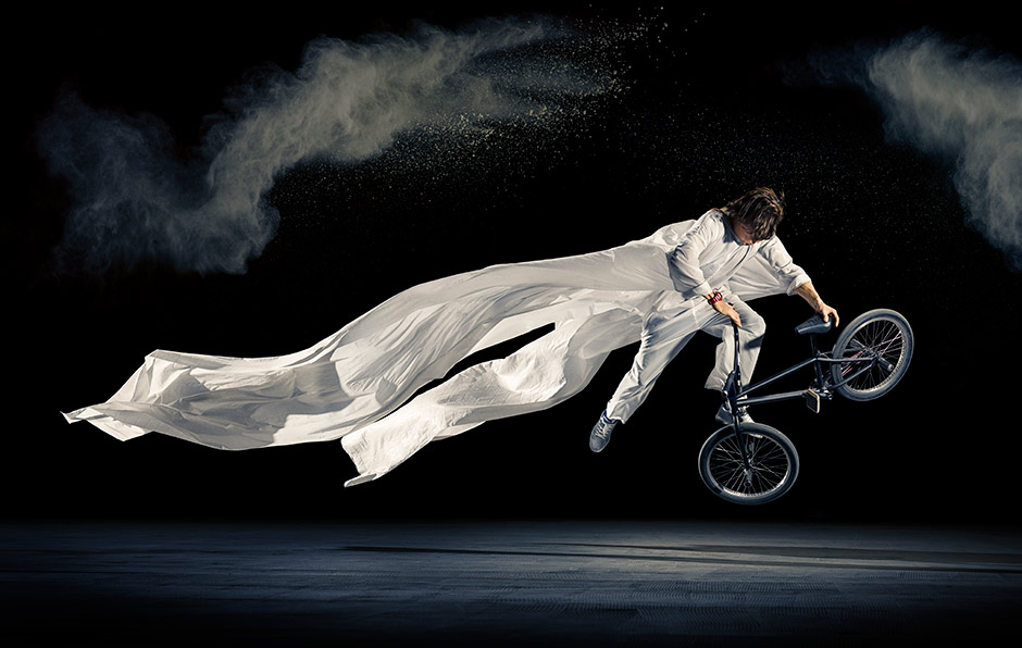 Viki Gomez in flight. A selfmade project inspired by Japanese culture. foto: Rutger Pauw