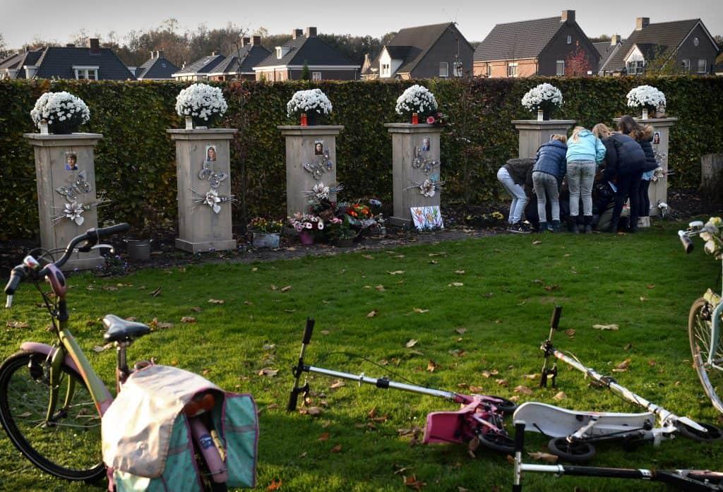 10-11-2014 Neerkant verdriet om doden ramp MH17 Een groepje meisjes ineen bij de herdenkingsplek voor de familie Wals. Dit hele gezin bestaande uit 6 leden waaronder hun klasgenootje vonden de dood. Bij de ramp kwamen in totaal 298 mensen om waaronder 196 Nederlanders.