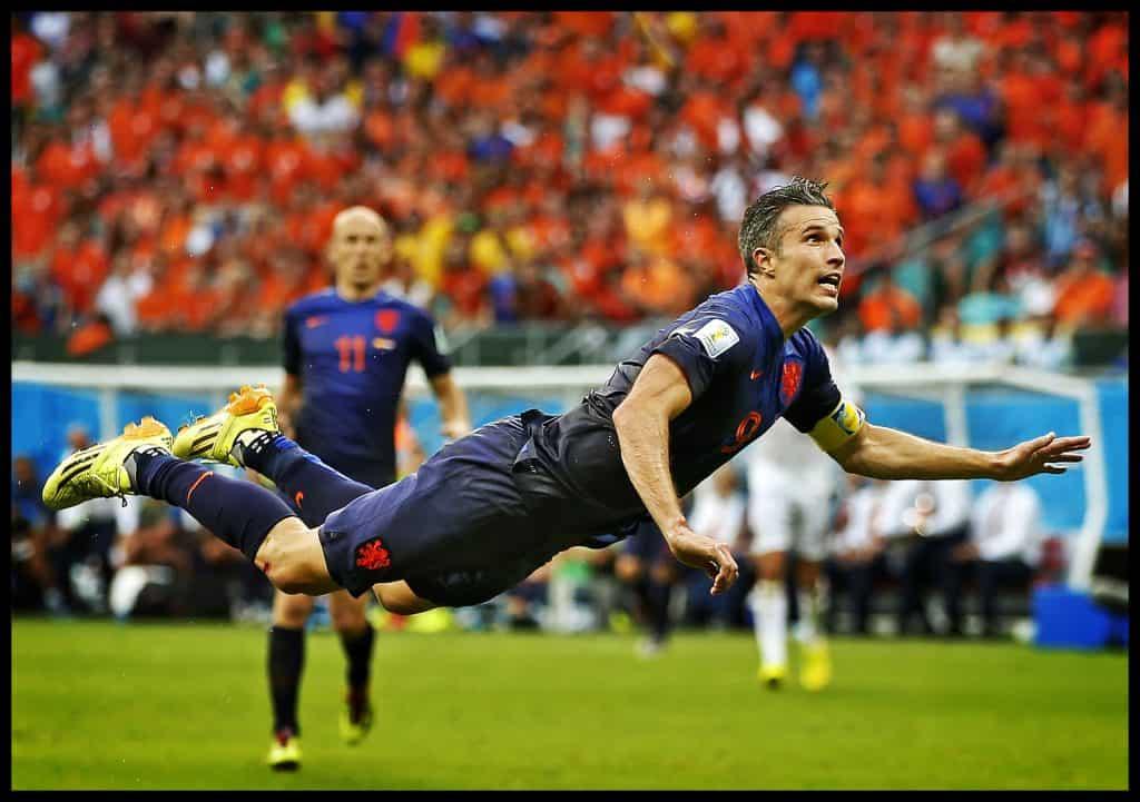 Brazilie, Salvador, 13-06-2014 WK Voetbal 2014 Stadion Fonte Nova Robin van Persie scoort  met een rake kopbal in een duikvlucht de 1-1 achter de Spaanse keeper Iker Casillas. Arjen Robben kijkt gespannen toe.