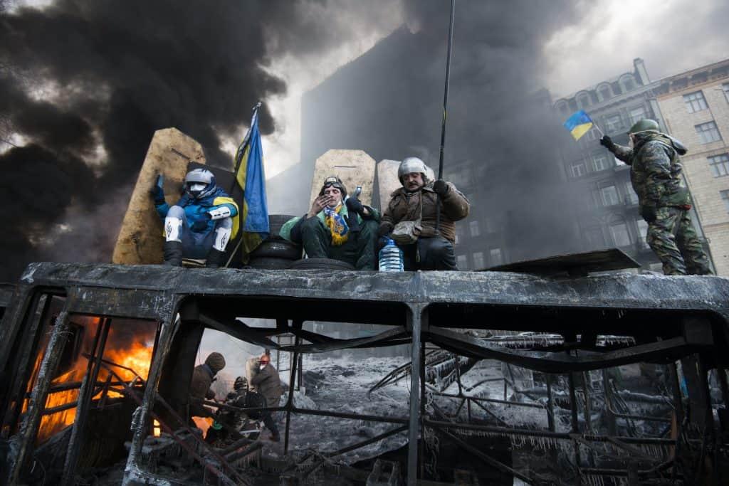 Op Hrushevs'koho Street in Kiev, Oekraïne in januari 2014 komt het tot harde gevechten tussen de demonstranten en de oproerpolitie. Het zwaartepunt van de revolutie lag dagenlang voor de ingang van het FC Dynamo Kiev stadion. Hier werden de oprukkende demonstranten, die naar het parlement wilden optrekken, tegengehouden. Barricades van uitgebrande politiebussen en zelfgecreerde muren scheidden de twee groepen. Meerdere keren komt het tot harde gevechten waarbij beide groepen geen geweld schuwen. Er vallen meerdere doden op Hrushevs'koho Street en vele gewonden.