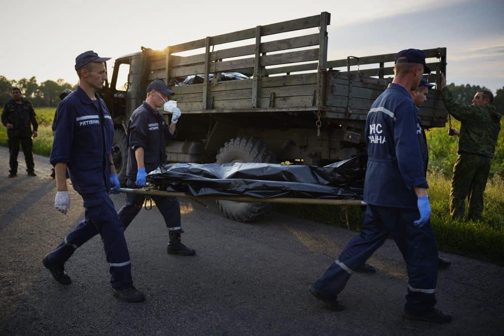 Vlucht MH17 uit Amsterdam is vermoedelijk uit de lucht geschoten met 298 passagiers aan boord . De commandant van een pro - Russische militie houdt de knuffel van een slachtoffer omhoog op de rampplek.