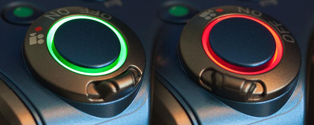 Links een groene ring bij de stand fotograferen, rechts de rode ring die aangeeft dat de camera in de videoinstelling staat.