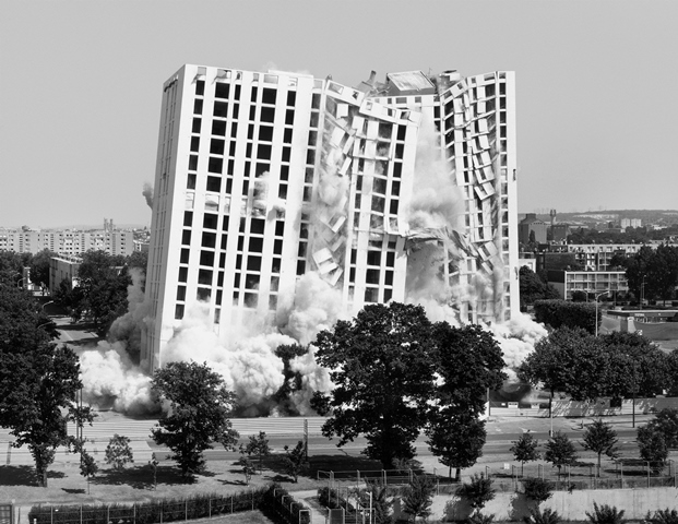 Mantes-la-jolie,1erjuillet 2001, série implosions © Mathieu Pernot