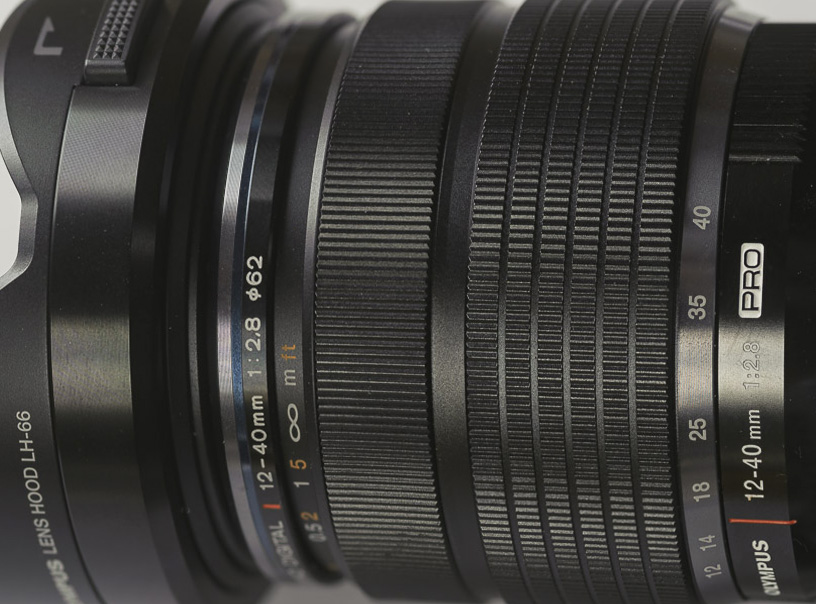 Het 12-40 mm objectief van Olympus, ingesteld op handmatig scherp stellen.