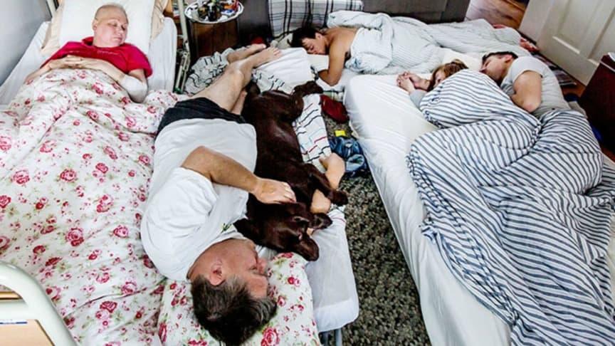 De laatste nacht van Andréa van de Meerendonk, slapend in de woonkamer met haar gezin en hond Yana. Behandelingen tegen haar kwaadaardige hersentumoren mochten niet baten. De schoonmoeder van de fotografe is 54 jaar geworden. Foto: Shody Careman/Zilveren Camera.