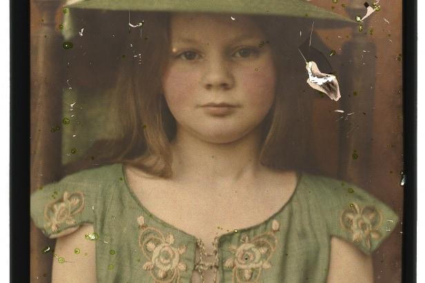 Berend Zweers (1872-1946), Maria Wilhelmina Zweers (dochter van de fotograaf), 1905-1910, autochroomplaat, 18,0 x 12,9 cm (afm. glasplaten, beeld 17,0 x 12,0 cm), collectie Universiteitsbibliotheek Leiden, inv.nr. PK-F-64.20