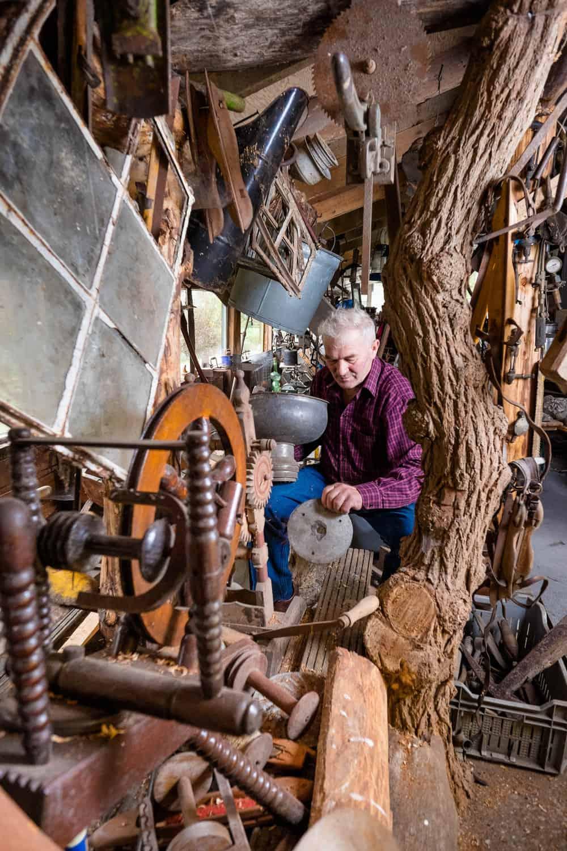 """Lammert Hingstman in zijn Hunzo museum, foto voor de rubriek """"retourtje man bijt hond"""" in de NCRV gids - © Fotografie: Martin Hogeboom"""